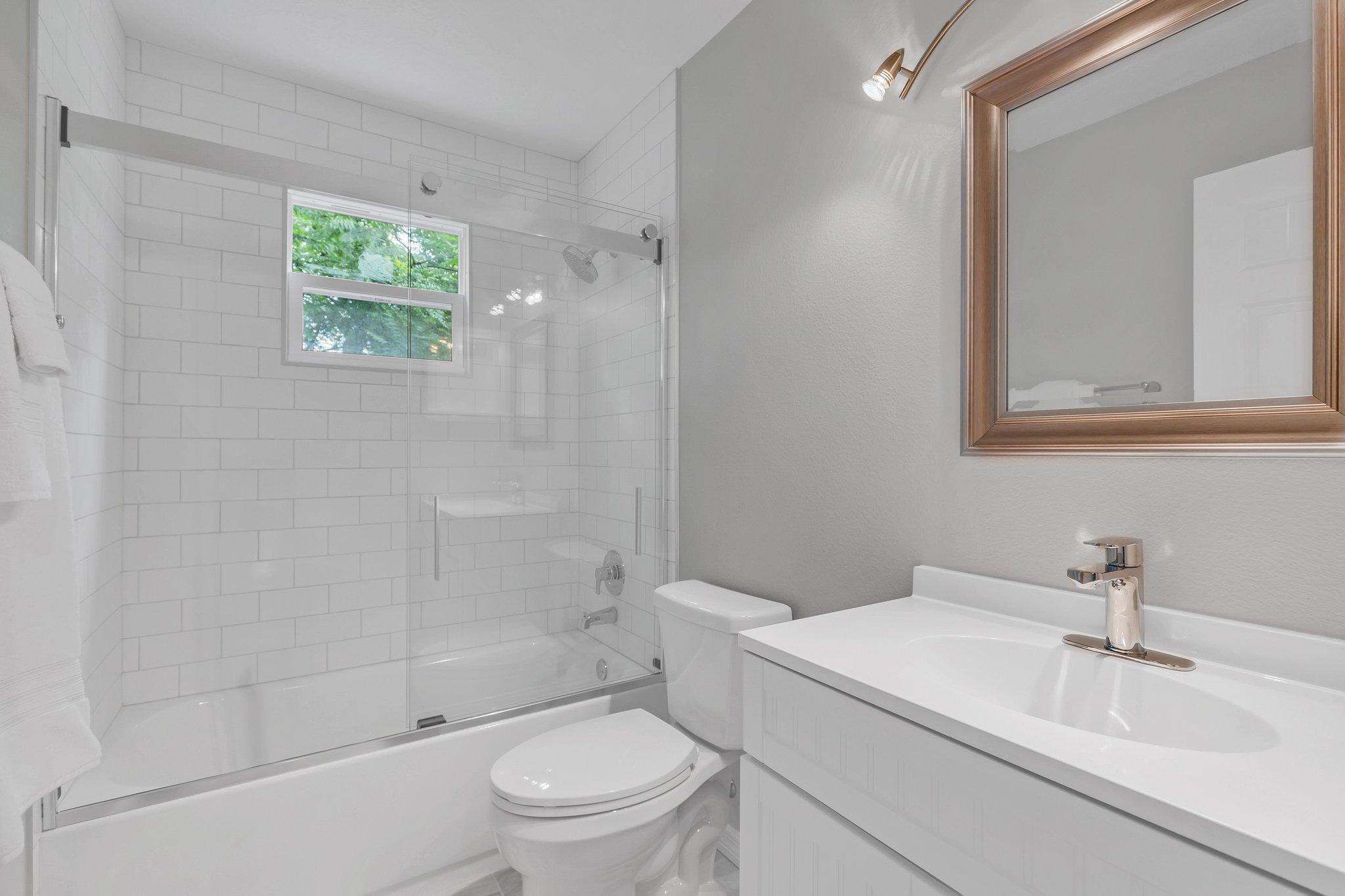 Upstairs hall bath fully upgraded