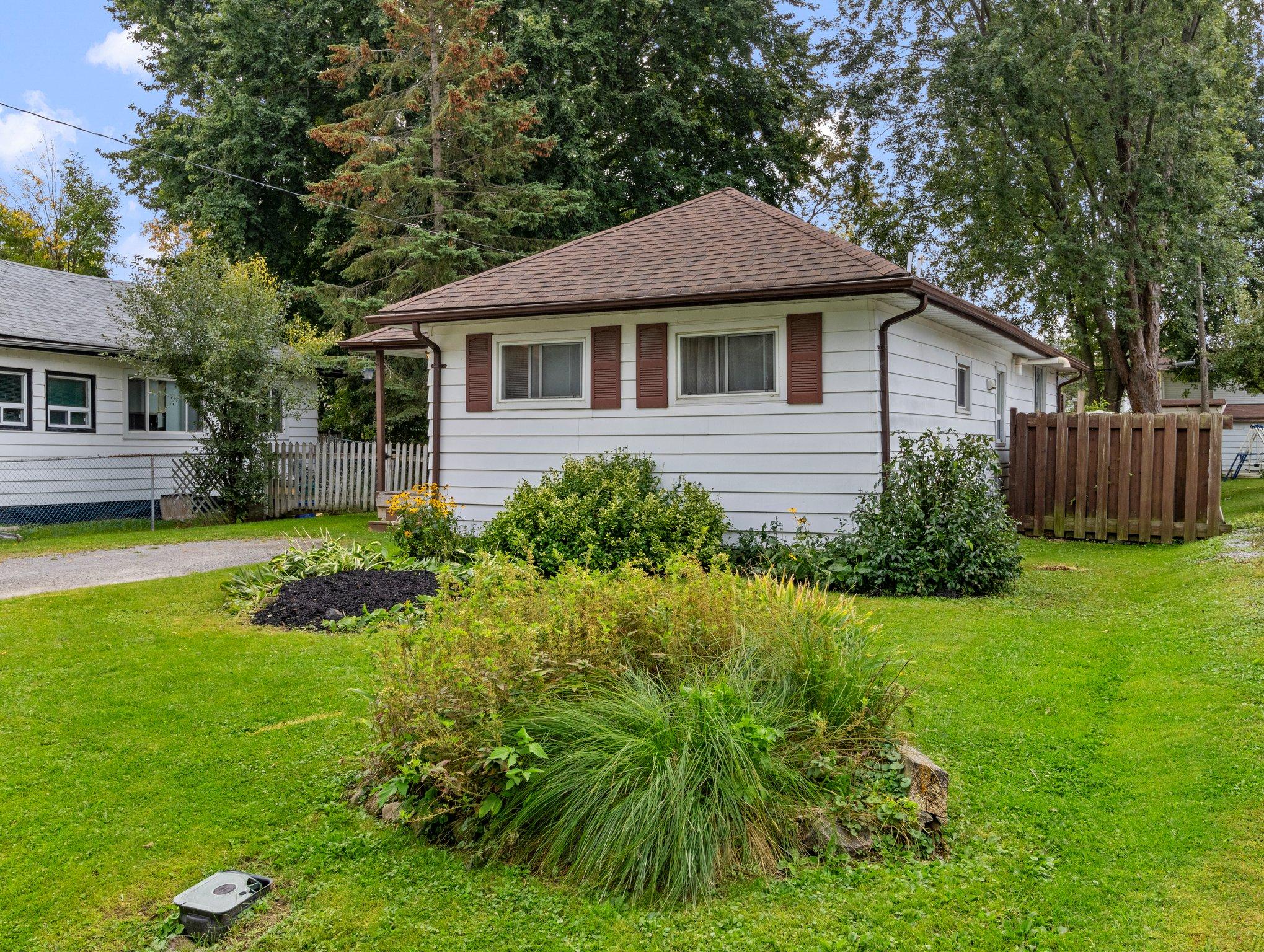 307 Parkwood Ave, Keswick, ON L4P 2X4, Canada Photo 2