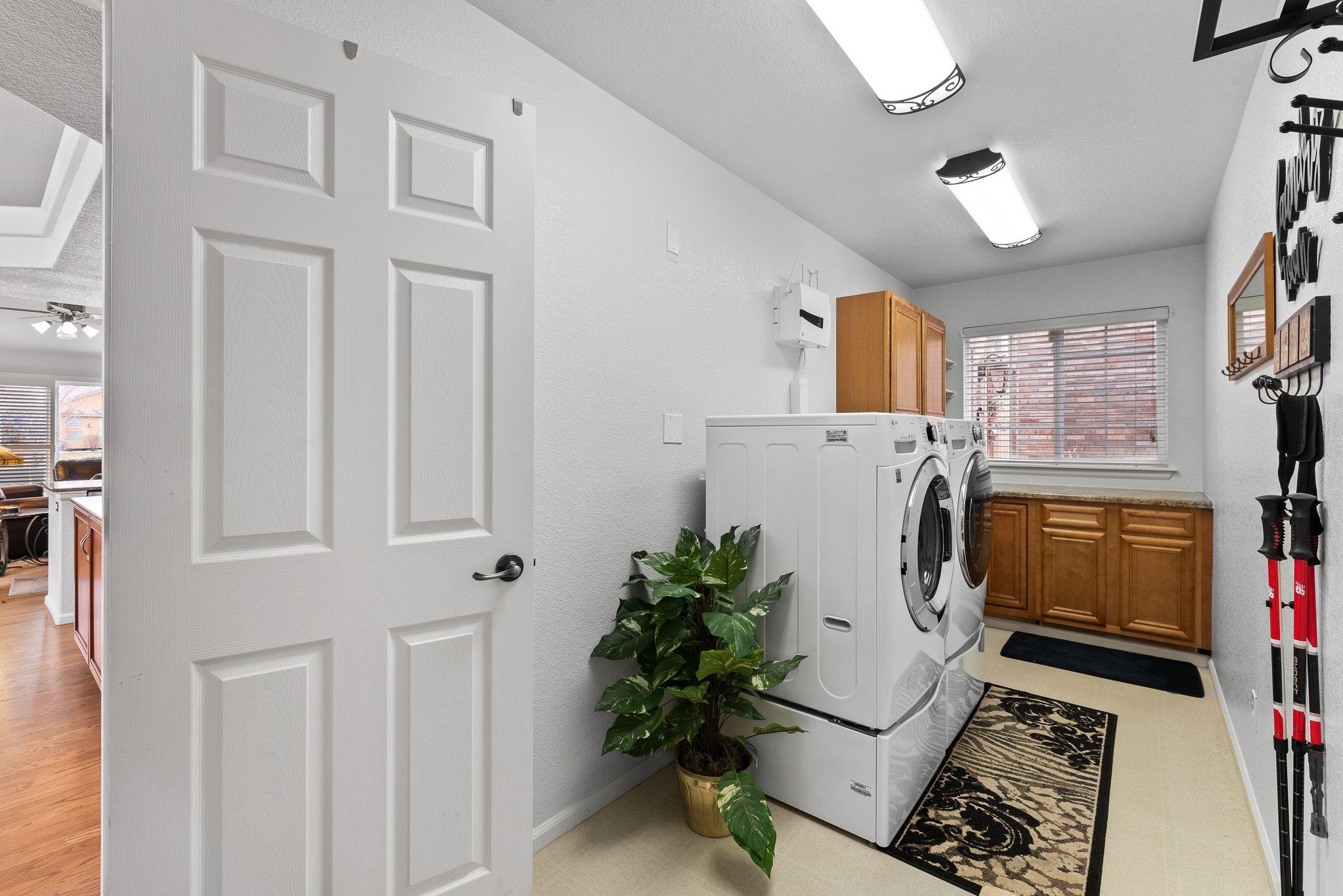 Spacious Mud/laundry room